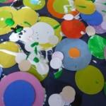 incollare e sovrapporre cerchi colorati